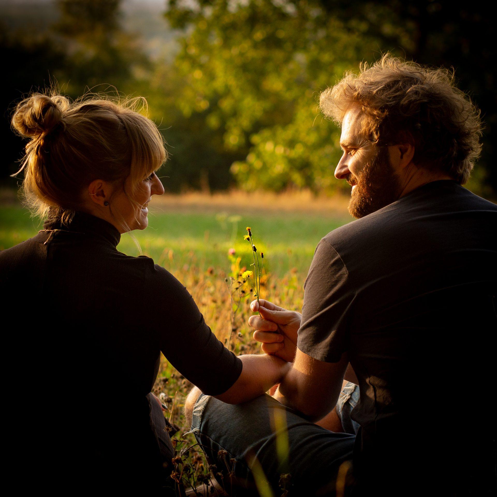 Paar Portrait im Sonnenuntergang auf einer Wiese - Fotografin Anja Schnell