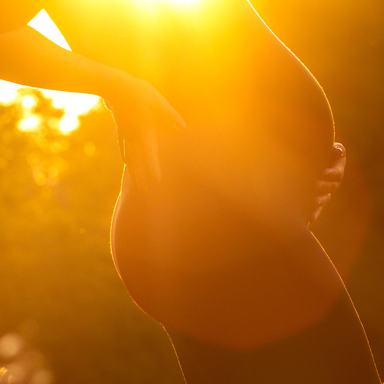 Babybauch im Sonnenuntergang - Fotografin Anja Schnell