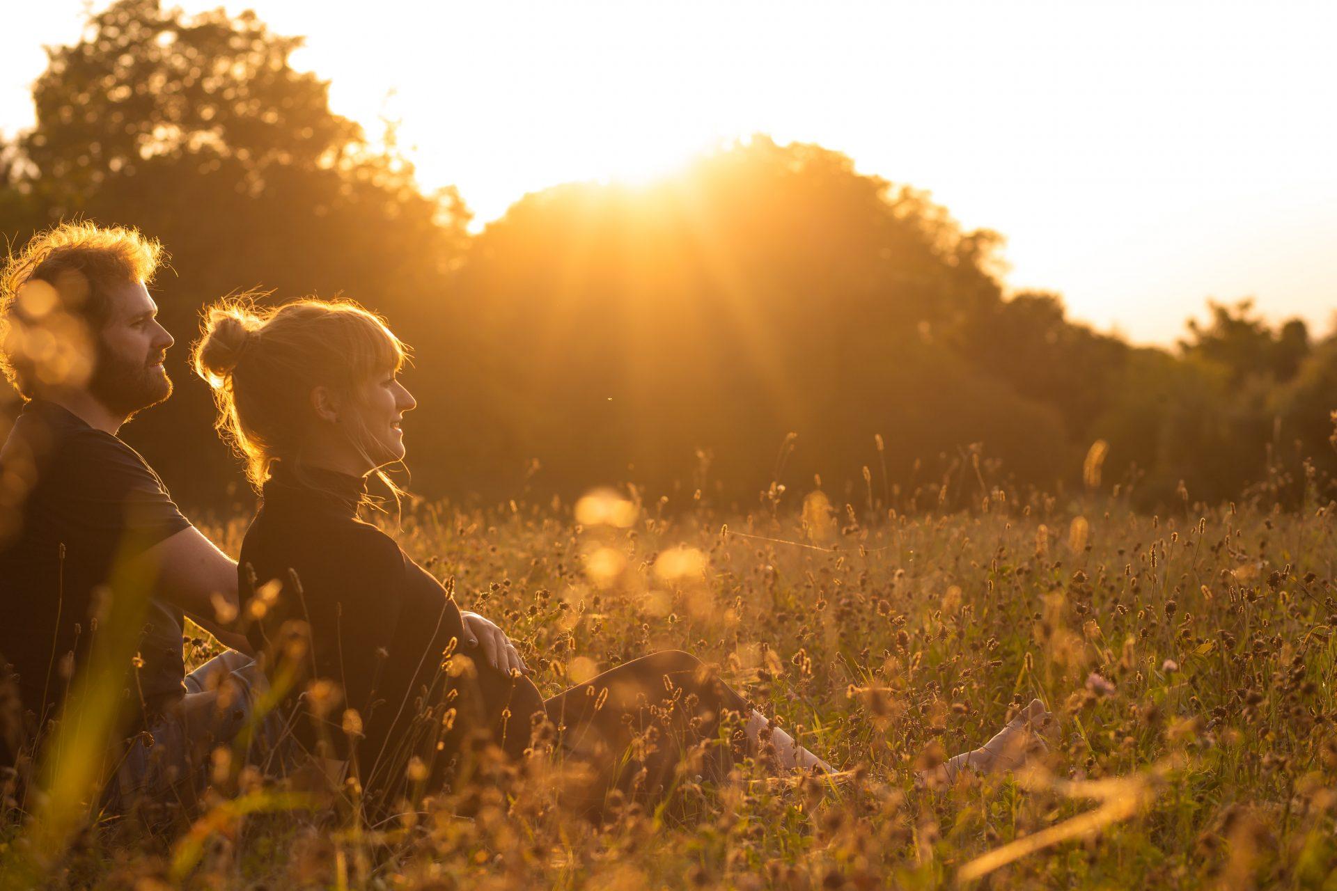 Paar mit Babybauch im Sonnenuntergang - Fotografin Anja Schnell