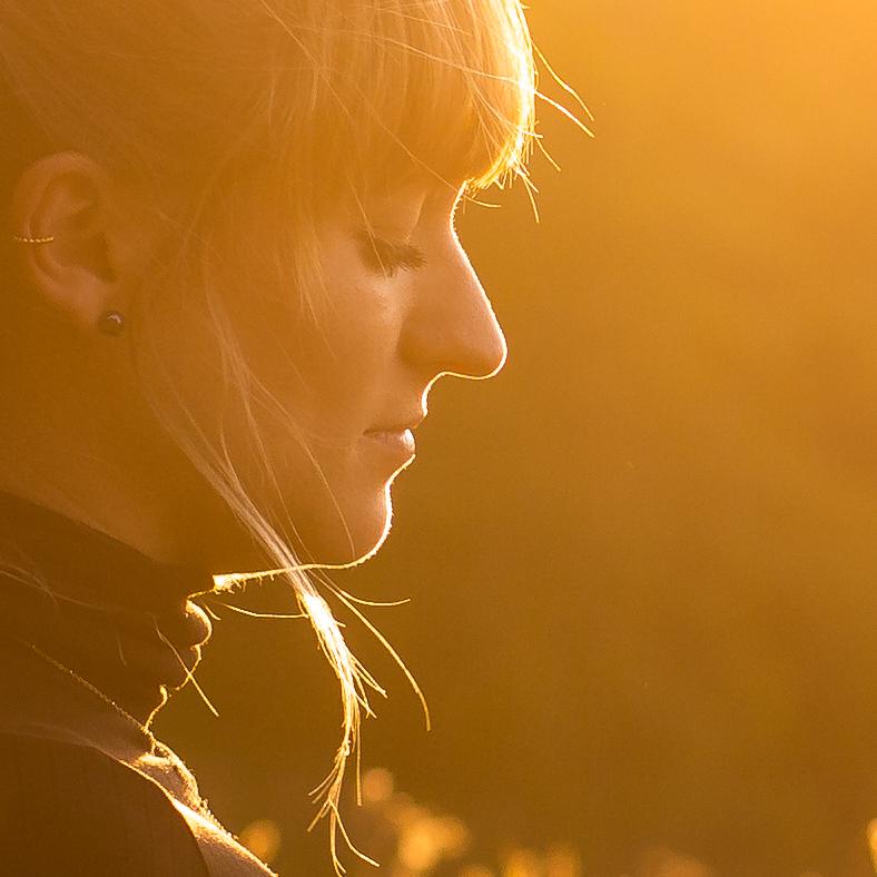 Portrait im Gegenlicht - Fotografin Anja Schnell